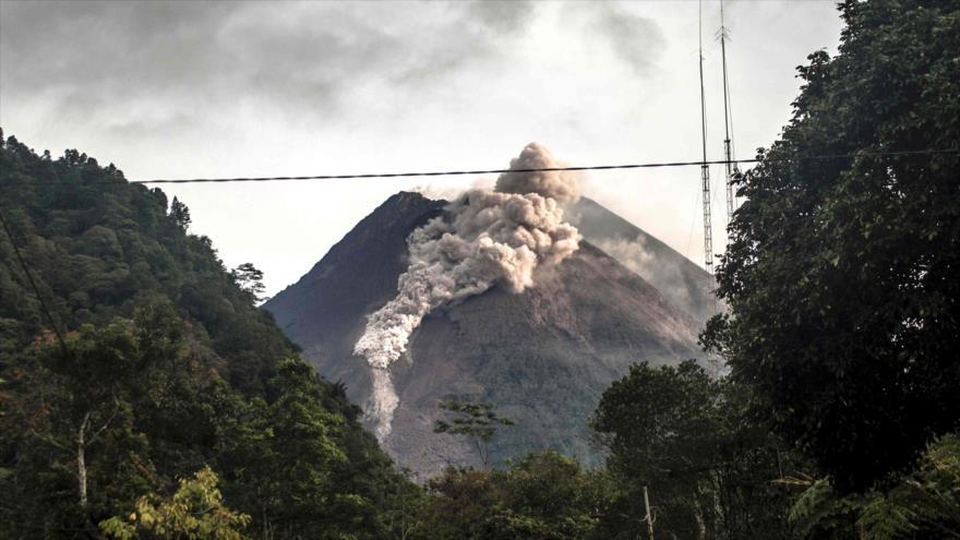 Vídeo: Volcán más activo de Indonesia arroja un río de lava