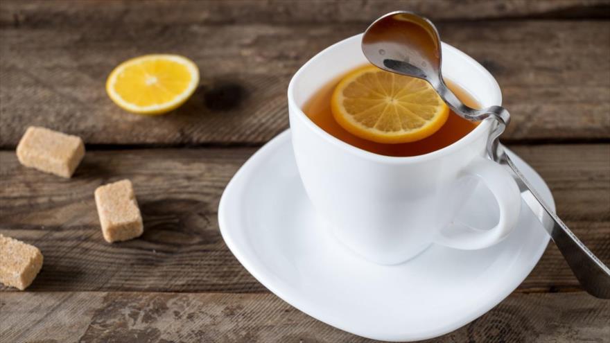Un estudio revela que una rodaja de limón al té podría aumentar la longevidad, así como reducir el riesgo de padecer cáncer.