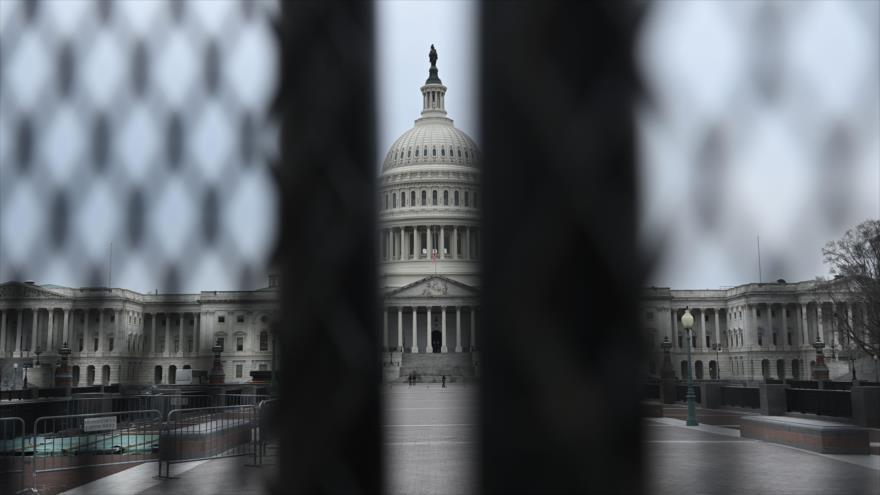 Una valla de seguridad rodea el Capitolio de Estados Unidos en Washington, 8 de enero de 2021. (Foto: AFP)