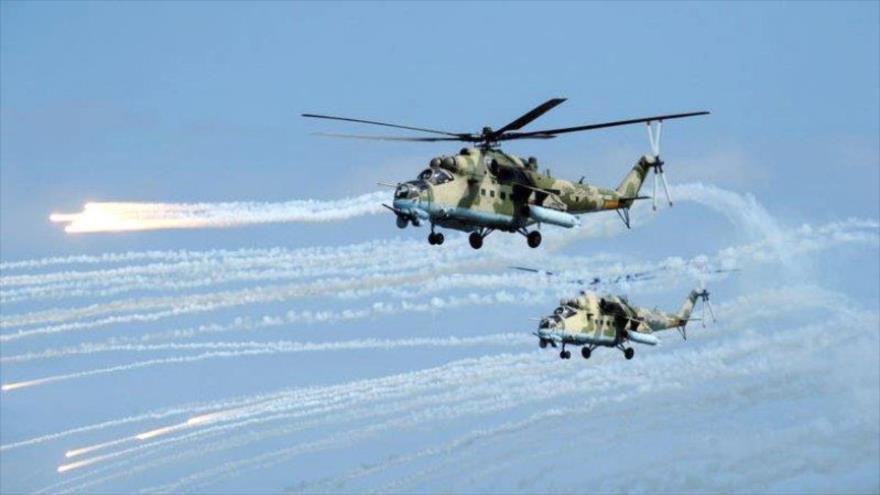 Helicópteros rusos Mi-35 disparan durante ejercicios militares en Daguestán, Rusia. (Foto: Reuters)