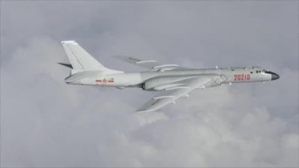 Aviones de combate chinos simulan ataque a portaviones de EEUU