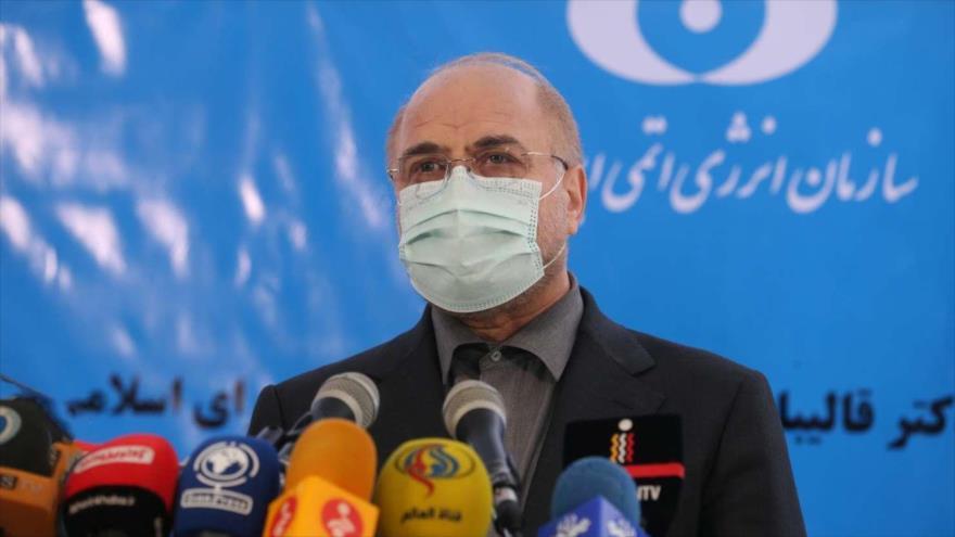 El presidente del Parlamento iraní, Mohamad Baqer Qalibaf, habla durante una rueda de prensa en la planta nuclear de Fordo, 28 de enero de 2021.