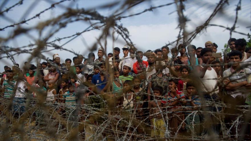 """Los refugiados Rohingya en la zona de la """"tierra de nadie"""" detrás de la frontera de Myanmar con Bangladés, 25 de abril de 2018. (Foto: AFP)"""