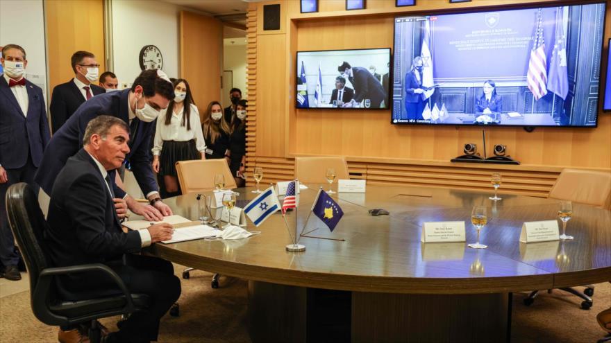 El ministro de exteriores de Israel, Gabi Ashkenazi, y su homóloga de Kosovo, Meliza Haradinaj, en una ceremonia virtual, 1 de febrero de 2021 (Foto: AFP).
