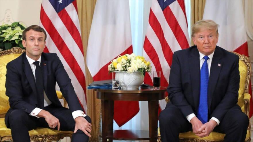 El expresidente de EE.UU., Donald Trump (dcha.) y el mandatario de Francia, Emmanuel Macron, reunidos en Londres, capital británica, 3 de diciembre de 2019.
