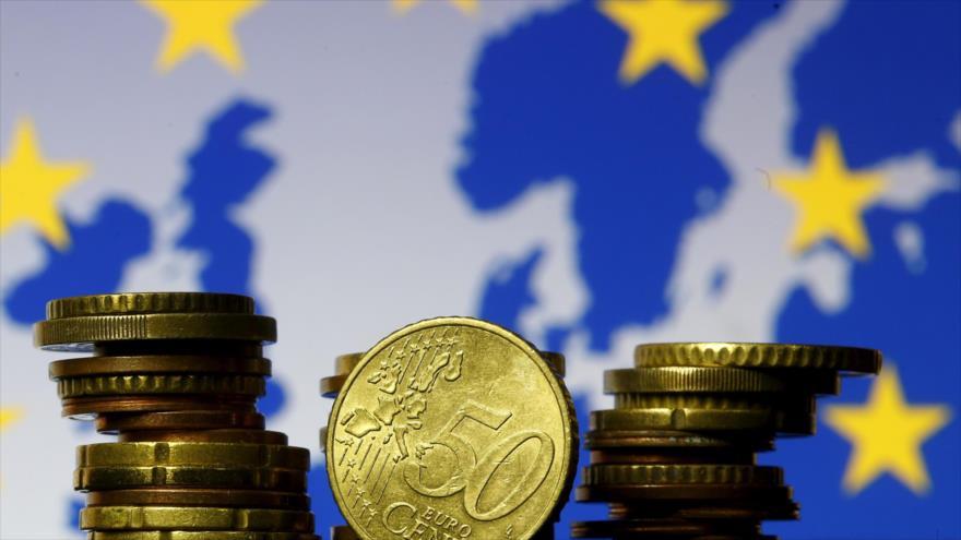 Monedas de euro se ven frente a la bandera y el mapa de la Unión Europea (UE). (Foto: Reuters)
