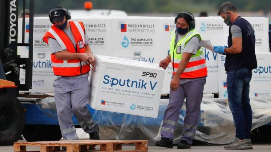 Operarios cargan una caja de vacunas Sputnik V, de fabricación rusa, contra la COVID-19.