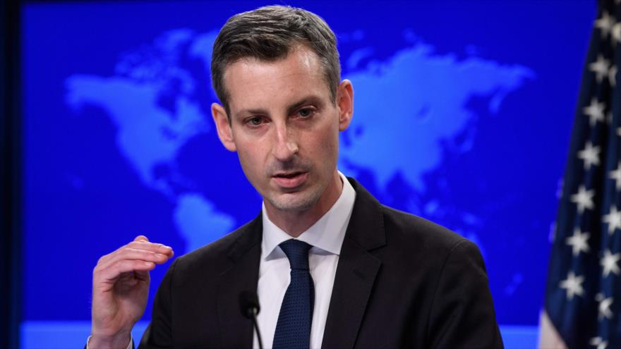 El portavoz del Departamento de Estado de EE.UU., Ned Price, habla en una rueda de prensa, Washington, 2 de febrero de 2021. (Foto: AFP)