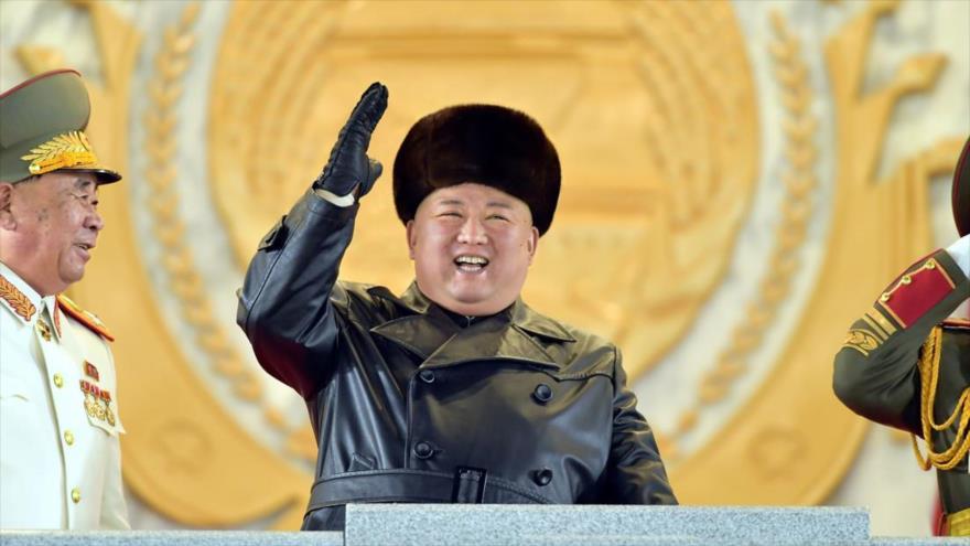 El líder de Corea del Norte, Kim Jong-un, saluda a soldados norcoreanos en un desfile militar en Pyongyang, 14 de enero de 2021.