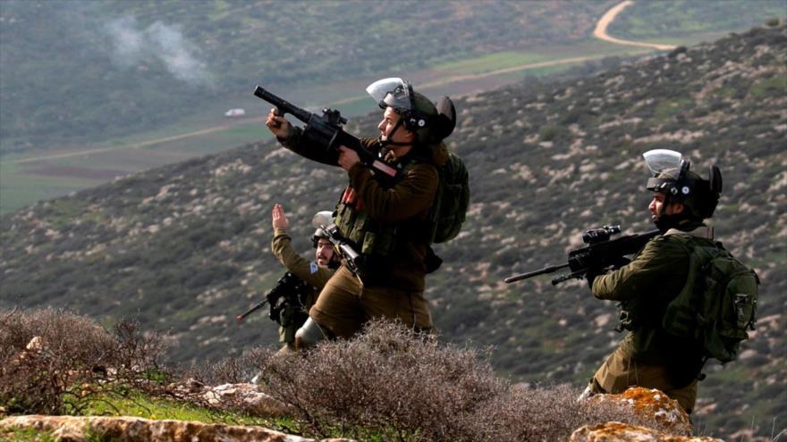 Fuerzas israelíes disparan gases lacrimógenos contra manifestantes palestinos en la ocupada Cisjordania, 5 de febrero de 2021. (Foto: AFP)