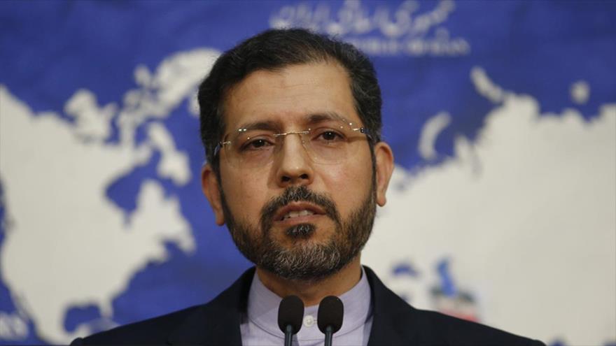 El portavoz de la Cancillería iraní, Said Jatibzade, ofrece una rueda de prensa en Teherán, capital persa.