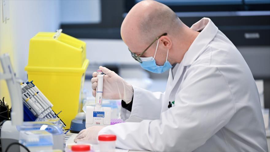 Un técnico de laboratorio analiza muestras de sangre para la prueba de la COVID-19 en Londres, 21 de enero de 2021. (Foto: AFP)