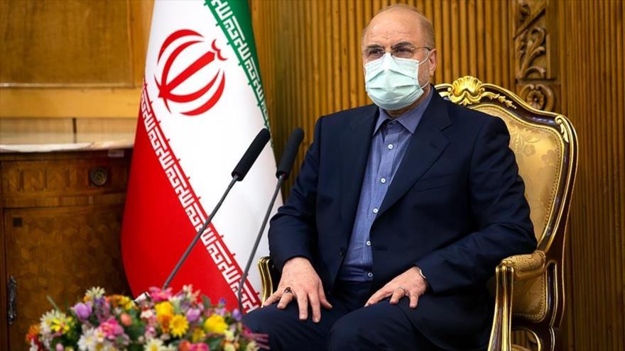 Mohamad Baqer Qalibaf, presidente de la Asamblea Consultiva Islámica de Irán, habla con los medios antes de viajar a Rusia, 7 de febrero de 2021. (Foto: Fars)