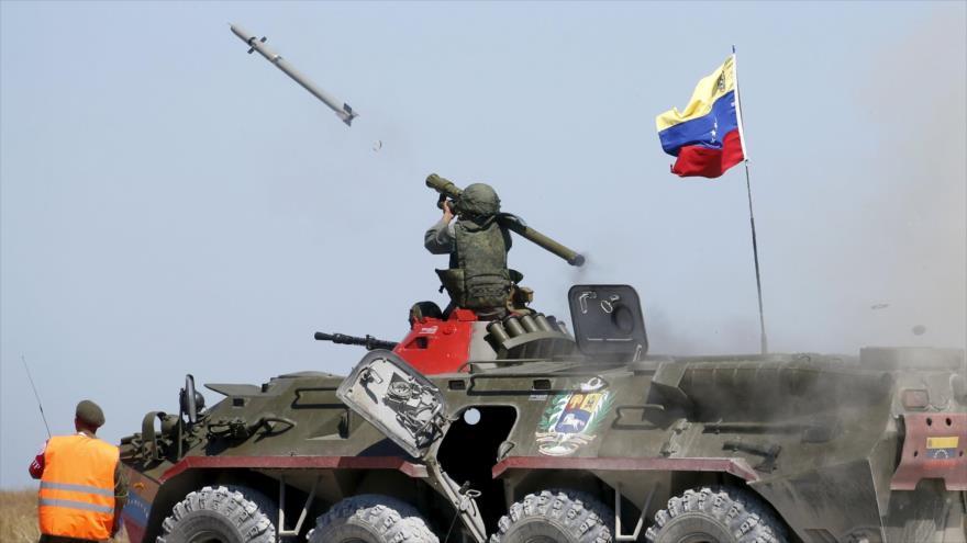 Un soldado venezolano dispara un misil antiaéreo durante los Juegos Militares Internacionales de 2015 en la ciudad portuaria de Yeysk, Rusia.