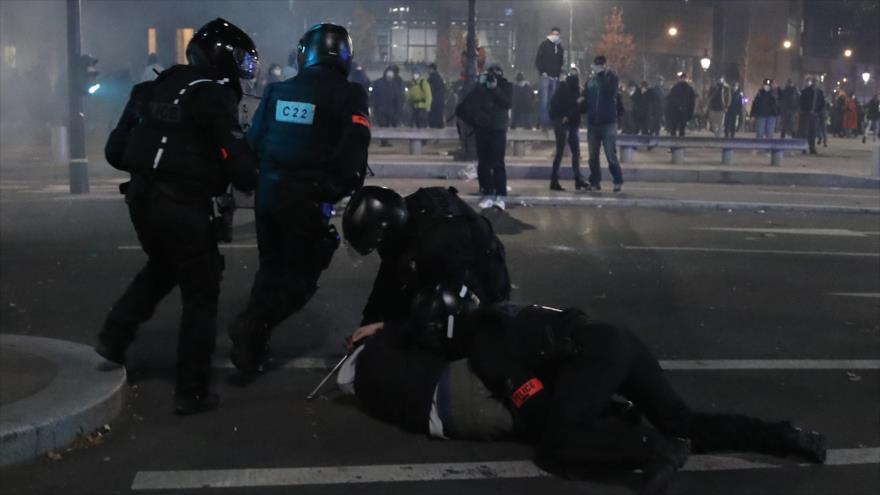 Un oficial de policía detiene a un manifestante durante una protestqa contra el proyecto de ley de seguridad en París, capital gala, 28 de noviembre de 2020. (Foto: AP)