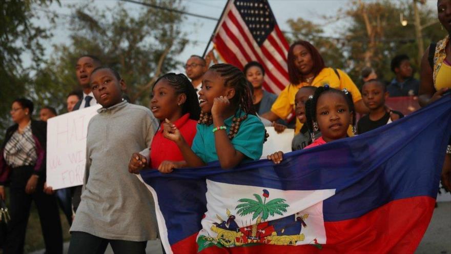 Migrantes haitianos protestan contra los insultos del entonces presidente de EE.UU., Donald Trump, 3 de diciembre de 2018.