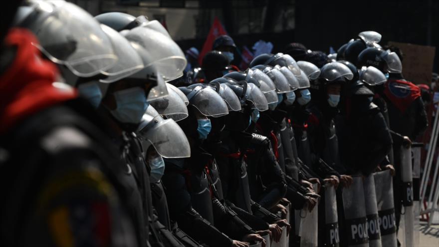 Ejército de Myanmar lanza gases lacrimógenos contra manifestantes