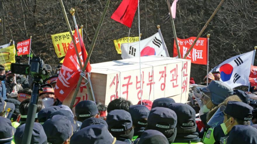 Surcoreanos portan un ataúd simulado para el ministro de Defensa, pidiendo el cierre del campo de tiro de las fuerzas estadounidenses, 4 de febrero de 2021.