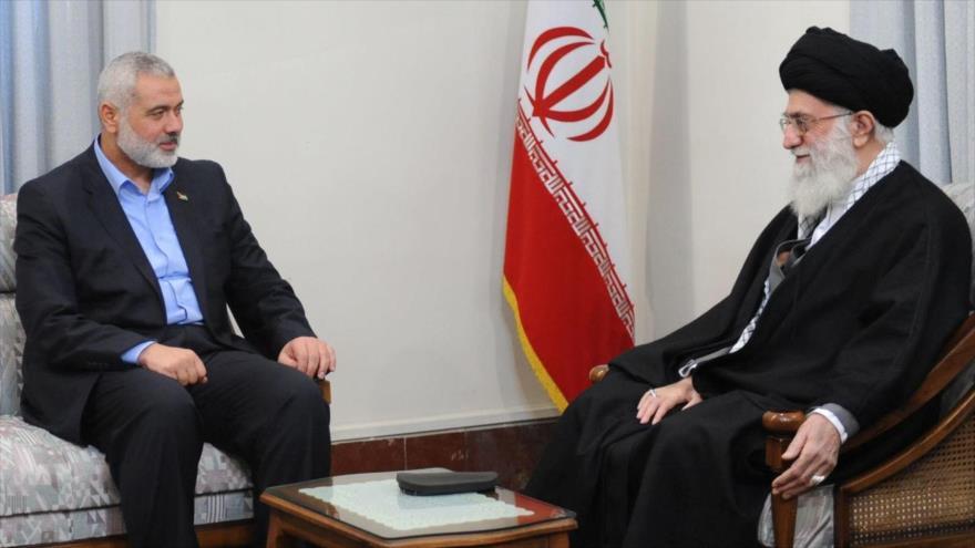El jefe del buró político de HAMAS, Ismail Haniya (izda.), reunido con el Líder iraní, el ayatolá Seyed Ali Jamenei, en Teherán, la capital persa.