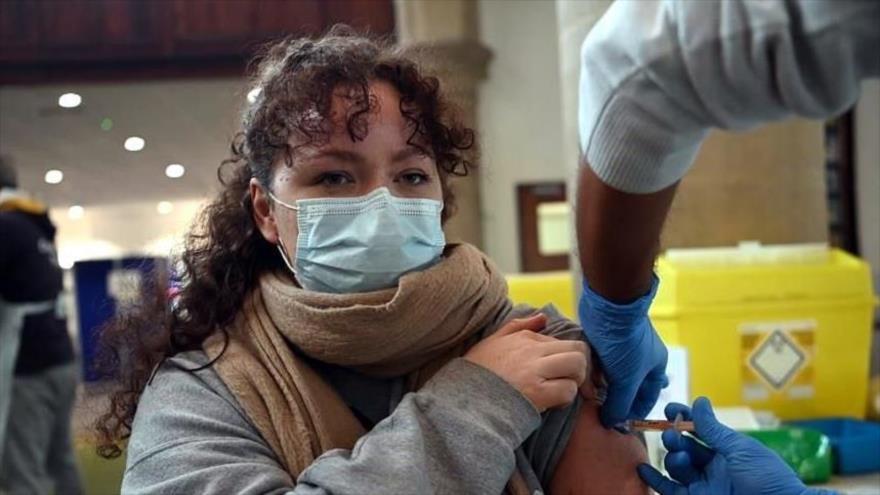 Mujer recibiendo la vacuna contra el nuevo coronavirus.