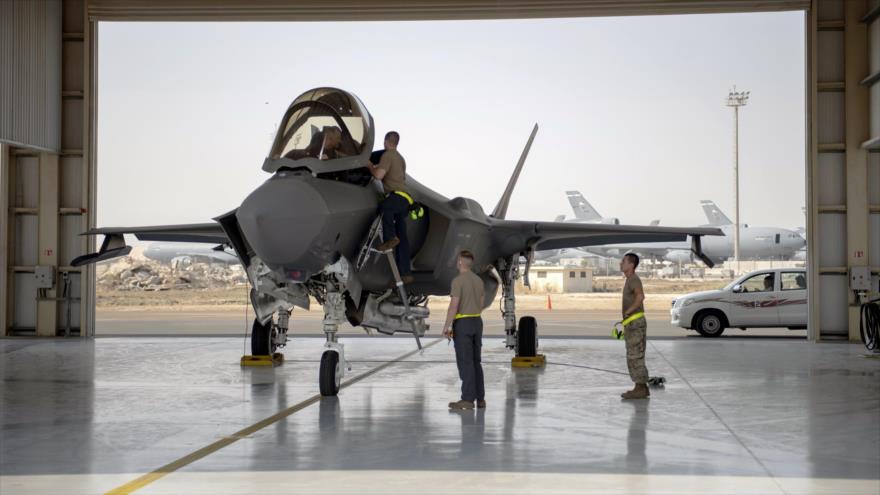Un piloto y la tripulación de un caza F-35 se preparan para una misión en la Base Aérea Al-Dhafra en los Emiratos Árabes Unidos en 2019. (Foto: AP)