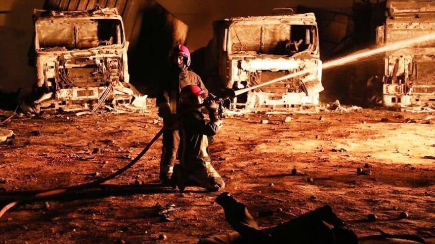Bomberos iraníes extinguen un fuego tras una explosión en el oeste de Afganistán, 13 de febrero de 2021. (Foto: IRNA)