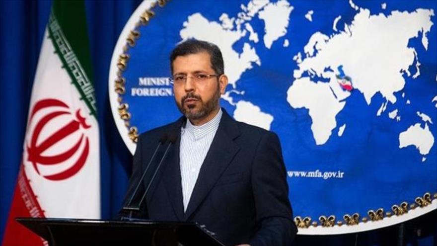 El portavoz de la Cancillería iraní, Said Jatibzade, habla en una rueda de prensa.