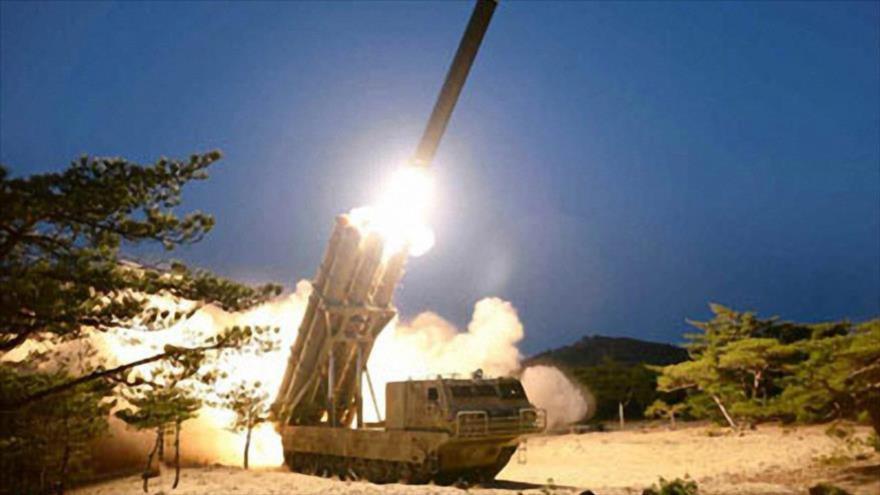 Una prueba de múltiples lanzacohetes súper grandes en un lugar no revelado en Corea del Norte, 29 de marzo de 2020. (Foto: KCNA)