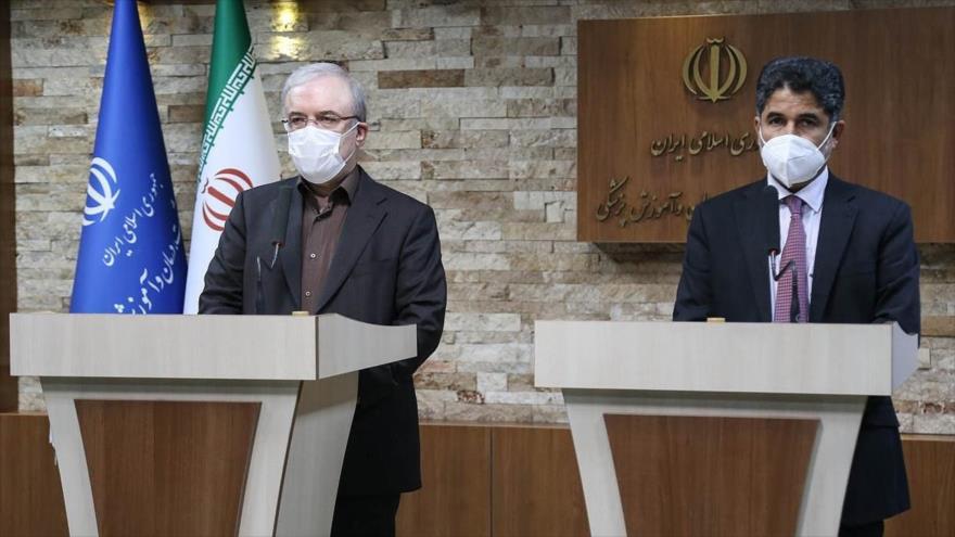 Ministro iraní de Salud, Said Namaki (izda.), y el jefe de la oficina de la zona del Mediterráneo Oriental de la OMS, en una rueda de prensa, 17 de febrero de 2021.