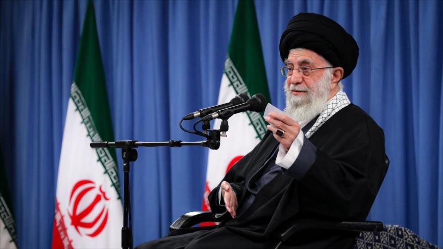 El Líder de la Revolución Islámica, el ayatolá Seyed Ali jamenei, en una reunión con altos mandos militares en Teherán, la capital, 7 de febrero de 2021. (Foto: Khamenei.ir)