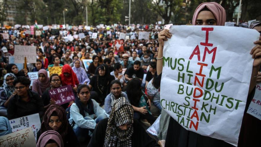 Una mujer musulmana en una manifestación contra la ley de inmigración que excluye a musulmanes. Diciembre de 2019