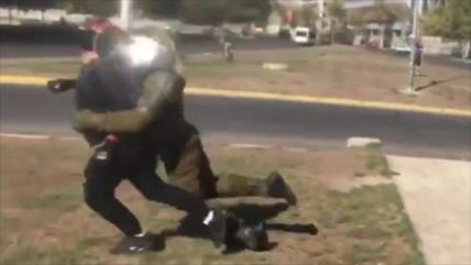 Agente de Policia ataca brutalmente a un manifestante en Chile