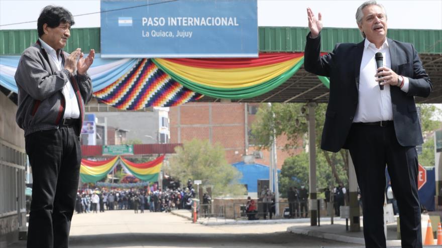El presidente argentino, Alberto Fernández, despide al expresidente boliviano, Evo Morales (izda.), en su vuelta a Bolivia, 9 de noviembre de 2020. (Foto: AFP)