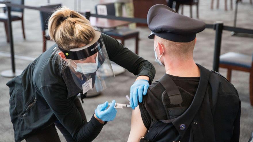 Un agente de policía recibe su vacuna contra la COVID-19 en el estado de Massachusetts (noreste de EE.UU.), 15 de enero de 2021.