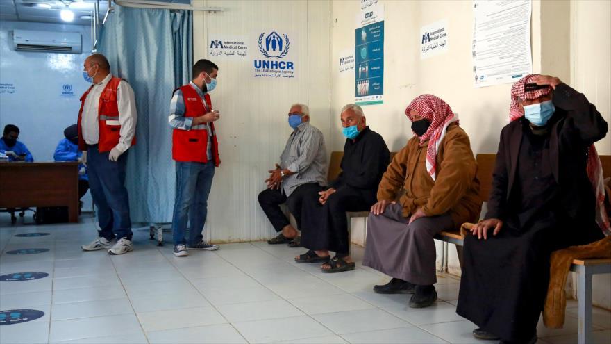 Refugiados sirios esperan recibir vacuna anti-coronavirus en un centro sanitario en el campo de Zaatari, 15 de febrero de 2021. (Foto: AFP)