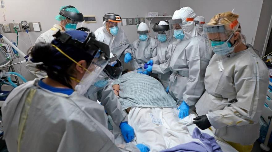 Un equipo médico intentó sin éxito salvar la vida de un paciente dentro de la Unidad de Coronavirus en un hospital en Houston (EE.UU.), 6 de julio de 2020.