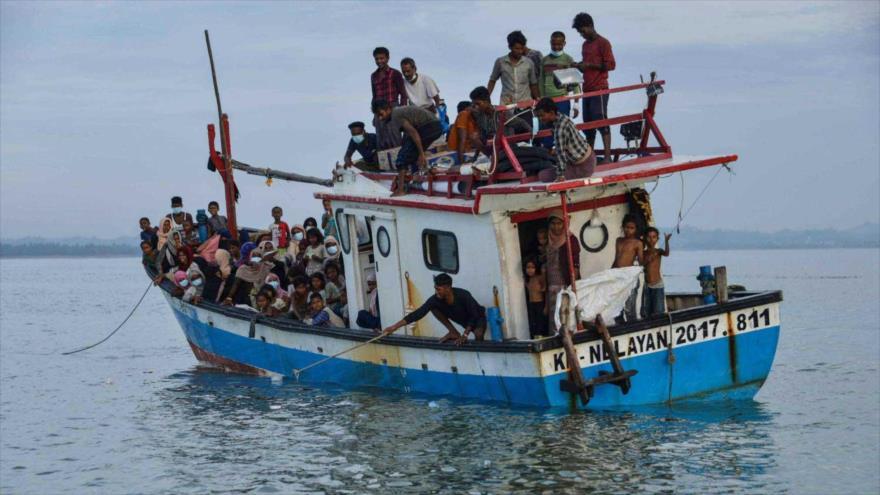 Varios refugiados musulmanes Rohingya llegan a las costas de la aldea de Lancok, Indonesia, 25 de junio de 2020. (Foto: AFP)