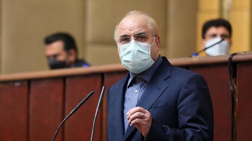 El presidente del Parlamento de Irán, Mohamad Baqer Qalibaf, habla en una sesión parlamentaria en Teherán, 4 de febrero de 2021. (Foto: Tasnim)