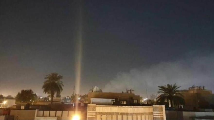 Humo producido en el área después de que los cohetes golpearon Zona Verde, cerca de embajada de EE.UU. en Bagdad, capital de Irak, 22 de febrero de 2021.