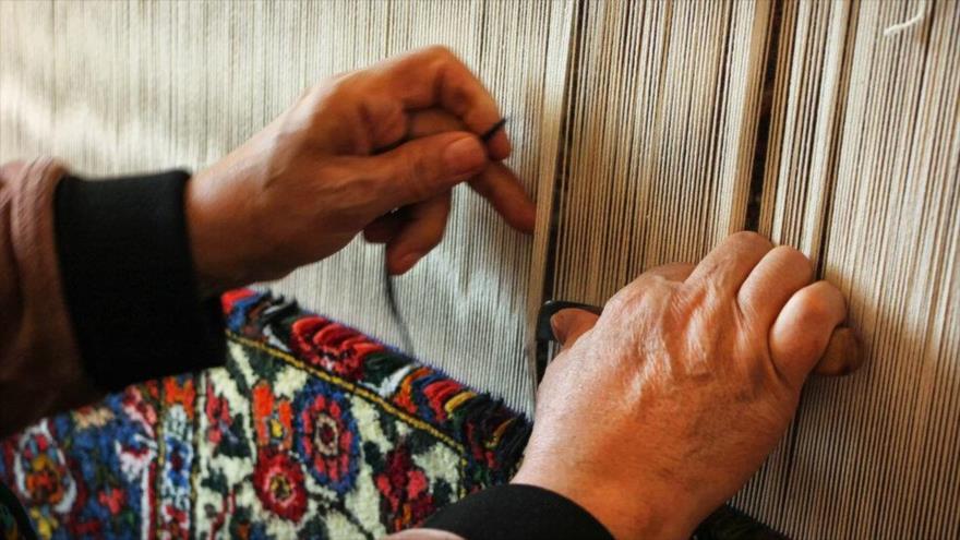 Vean imágenes de alfombra iraní, preciosa artesanía tejida a mano