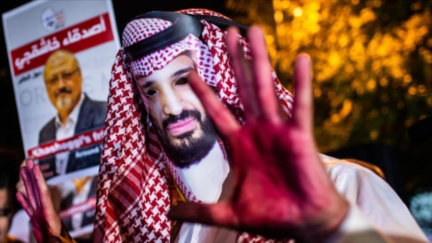 Un manifestante, disfrazado del príncipe heredero saudí, protesta en Washington D.C. por el asesinato de Jamal Khashoggi, 25 de octubre de 2018. (Foto: AFP)