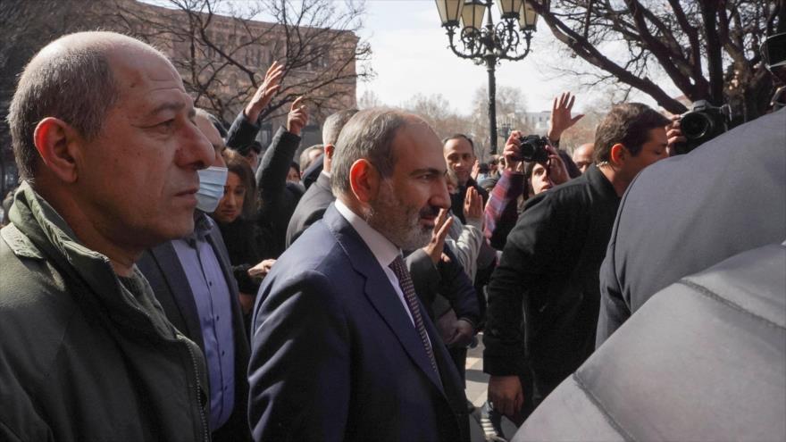 El primer ministro armenio, Nikol Pashinián, en una marcha callejera en el centro de Ereván, capital Armenia, 25 de febrero de 2021.(Foto: Reuters)