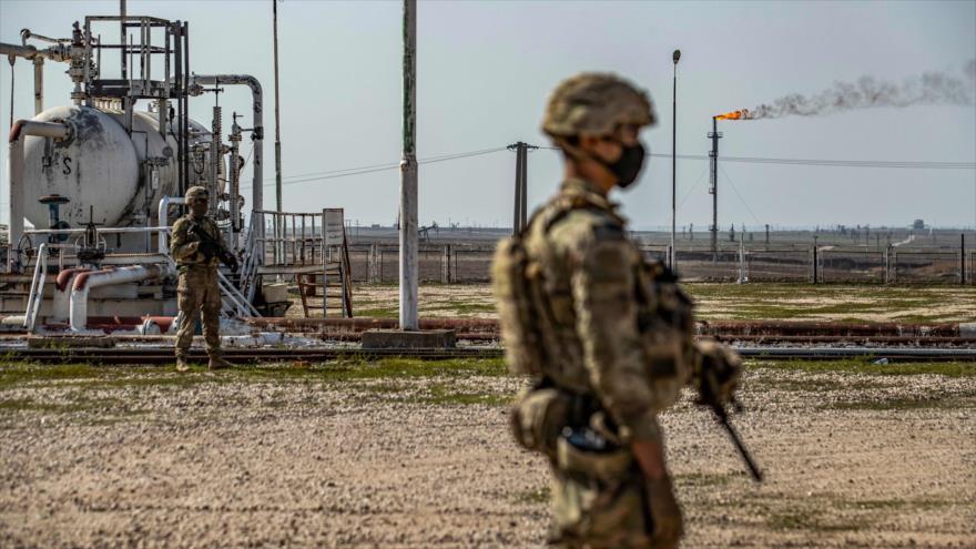 Fuerzas de EE.UU. cerca de un campo petrolero en la provincia de Al-Hasaka, Siria, 13 de febrero de 2021. (Foto: AFP)