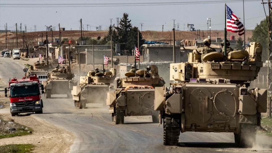 Vehículos blindados de EE.UU. patrullan en la provincia de Al-Hasaka, en el noreste de Siria, 13 de febrero de 2021. (Foto: AFP)