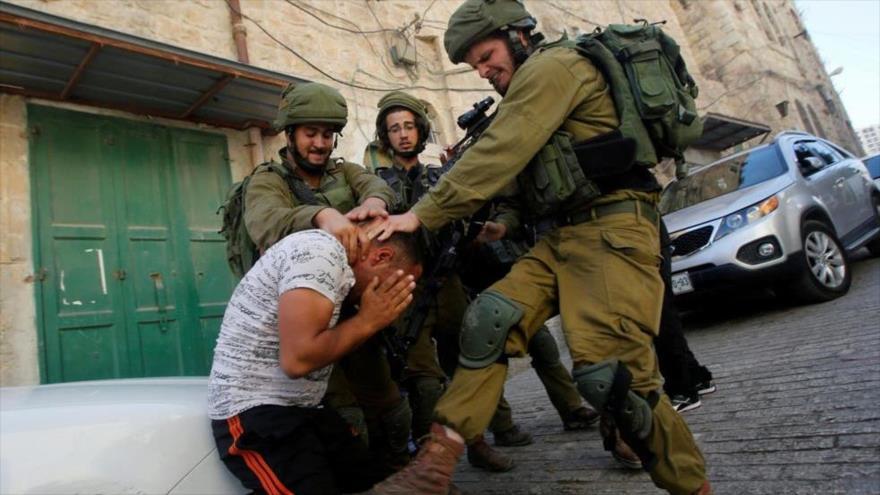 Soldados israelíes detienen a un palestino en la ciudad cisjordana de Al-Jalil (Hebrón). (Foto: Reuters)