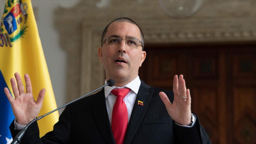 El canciller de Venezuela, Jorge Arreaza, habla con los periodistas en Caracas, capital, 24 de febrero de 2021. (Foto: AFP)