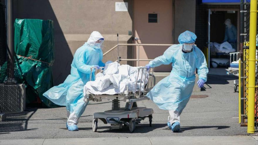 Cadáveres de víctimas de la COVID-19 son trasladados a un camión de refrigeración en el hospital Wyckoff, en Nueva York, 6 de abril de 2020. (Foto: AFP)