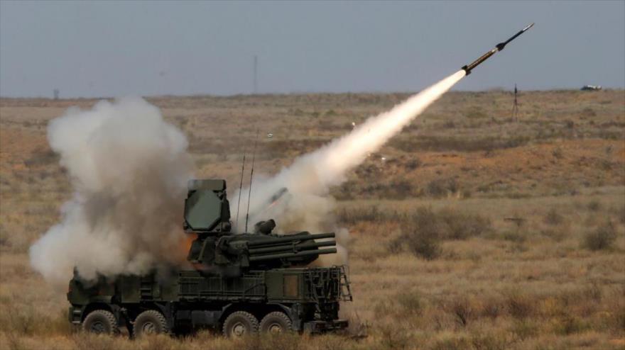 Un sistema antiaéreo ruso Pantsir-S1 dispara un misil en las afueras de Astrajan, Rusia, 5 de agosto de 2017. (Foto: Reuters)