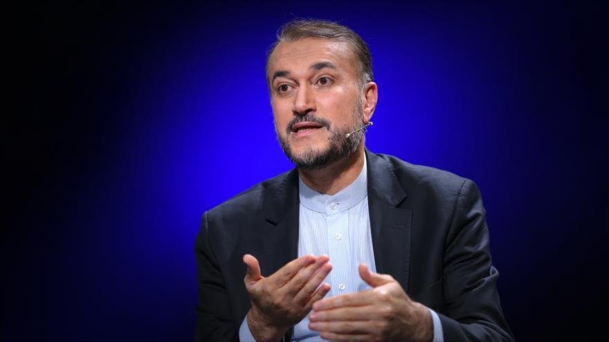 El asesor especial del Parlamento iraní, Hosein Amir Abdolahian, habla durante una entrevista, 23 de mayo de 2020. (Foto: Khamenei.ir)