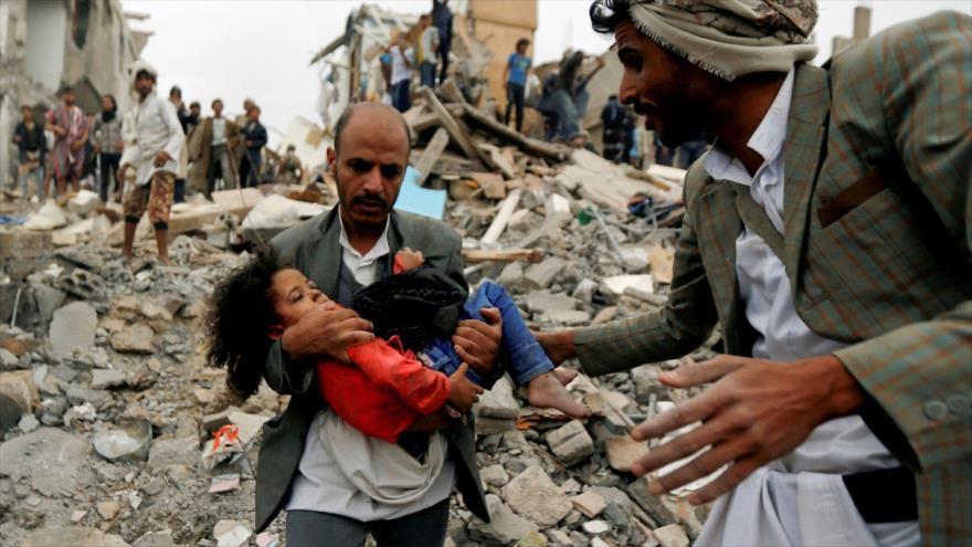 Una niña es rescatada de edificios colapsados tras un ataque de la coalición saudí en Saná, capital yemení, 25 de agosto de 2017. (Foto: Reuters)